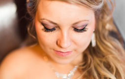 Portrait d'une jeune mariée avec le maquillage de mariage photographie stock