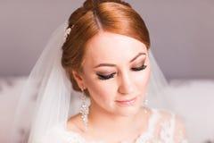 Portrait d'une jeune mariée avec le maquillage de mariage photographie stock libre de droits