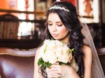 Portrait d'une jeune mariée avec le maquillage de mariage image libre de droits