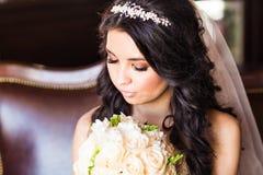 Portrait d'une jeune mariée avec le maquillage de mariage photos libres de droits