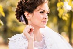 Portrait d'une jeune mariée avec le maquillage de mariage photos stock