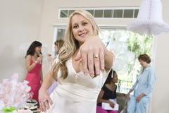 Portrait d'une jeune mariée montrant sa bague de fiançailles Photographie stock