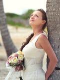 Portrait d'une jeune mariée rêvante dans le blanc avec un beau bouquet o Photo stock
