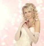 Portrait d'une jeune mariée sur le fond rose de bokeh. Photographie stock libre de droits