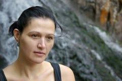 Portrait d'une jolie femme près de la cascade Photos stock