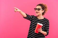 Portrait d'une jolie fille gaie en verres 3D Photos stock