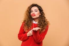 Portrait d'une jolie fille heureuse tenant de fausses lèvres photographie stock libre de droits