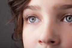 Portrait d'une jolie fin de fille vers le haut d'oeil Images libres de droits