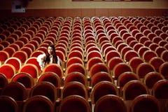 Portrait d'une jolie hippie de fille dans un chapeau de port de salle de cinéma, seul rêvant, concept de personnes de mode de vie photographie stock