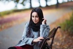 Portrait d'une jolie jeune femme élégante en Autumn Fashion Coat dehors image stock