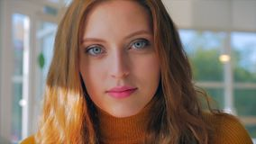 Portrait d'une jolie jeune femme heureuse dans une belle journée ensoleillée, fille assise dans un café clips vidéos
