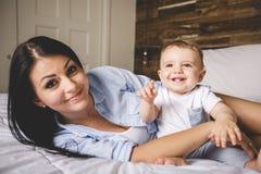 Portrait d'une mère avec ses neuf mois de bébé Images stock