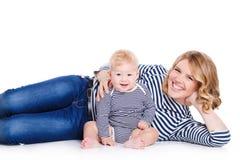 Portrait d'une mère et d'un enfant sur un blanc Image libre de droits