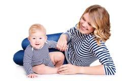 Portrait d'une mère et d'un enfant sur un blanc Photo stock