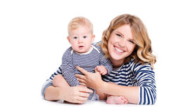 Portrait d'une mère et d'un enfant sur un blanc Photographie stock