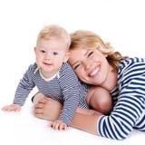 Portrait d'une mère et d'un enfant sur un blanc Photos libres de droits