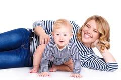 Portrait d'une mère et d'un enfant sur un blanc Photo libre de droits