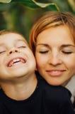 Portrait d'une mère heureuse et de son fils extérieurs Série d'un MOIS Photographie stock libre de droits