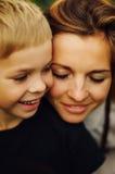 Portrait d'une mère heureuse et de son fils extérieurs Série d'un MOIS Photos stock