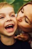 Portrait d'une mère heureuse et de son fils extérieurs Série d'un MOIS Photographie stock