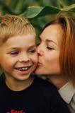 Portrait d'une mère heureuse et de son fils extérieurs Série d'un MOIS Photo stock