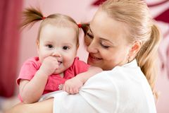 Portrait d'une mère joyeuse et de sa fille de bébé Photos libres de droits