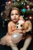 Portrait d'une petite fille à Noël avec l'arbre de Noël photo libre de droits