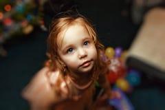 Portrait d'une petite fille à Noël avec l'arbre de Noël images libres de droits
