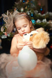 Portrait d'une petite fille à Noël avec l'arbre de Noël photos stock