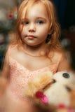 Portrait d'une petite fille à Noël avec l'arbre de Noël photos libres de droits