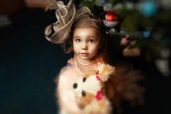Portrait d'une petite fille à Noël avec l'arbre de Noël image stock