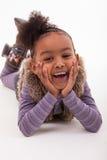 Portrait d'une petite fille africaine se couchant sur le plancher - Blac images libres de droits