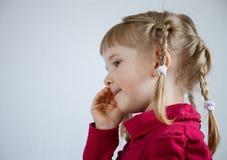 Portrait d'une petite fille appelle quelqu'un Image stock