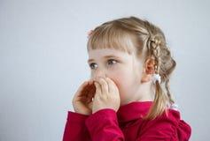 Portrait d'une petite fille appelle quelqu'un Images stock