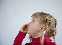 Portrait d'une petite fille appelle quelqu'un Photographie stock