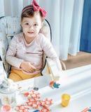 Portrait d'une petite fille aux heures de récréation Image libre de droits