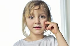 Portrait d'une petite fille avec des moustaches de lait Photographie stock