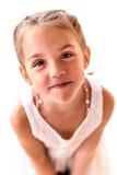 Portrait d'une petite fille avec des tresses criant photographie stock