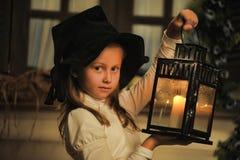 Portrait d'une petite fille avec la bougie dans la lanterne Images libres de droits