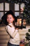 Portrait d'une petite fille avec la bougie dans la lanterne Photos libres de droits