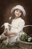 Portrait d'une petite fille avec une chèvre de bébé Photo stock
