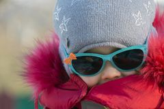 Portrait d'une petite fille dans des lunettes de soleil Photographie stock