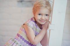 Portrait d'une petite fille dans sa chambre Images libres de droits