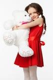 Portrait d'une petite fille de brune avec un jouet mou d'ours Photos libres de droits