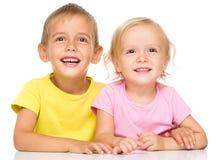 Portrait d'une petite fille et d'un garçon mignons Images stock