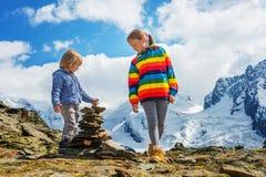 Portrait d'une petite fille et d'un garçon mignons dehors Photo libre de droits
