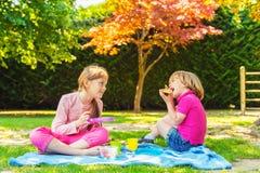 Portrait d'une petite fille et d'un garçon mignons dehors Photographie stock