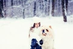 Portrait d'une petite fille et d'un chien de bouffe de bouffe Image stock