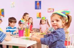 Portrait d'une petite fille faisant l'image avec le papier Image stock