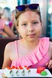 Portrait d'une petite fille mangeant des sushi dans le restaurant asiatique Images libres de droits